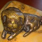 Антикварні чорнильниця у вигляді бронзових собак на підставці