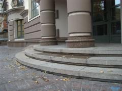 Гранітні сходи, вхідна група