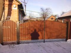 Надаємо послуги з облаштування приватних володінь парканами