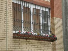Решітки на вікна, прості і з кованими елементами