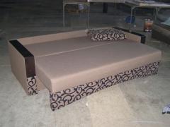 """Сучасний диван єврокнижка з дерев""""яними накладками"""