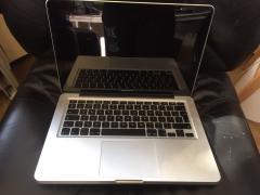 Яблуко MacBook Pro для продажу працює нормально і в коробці